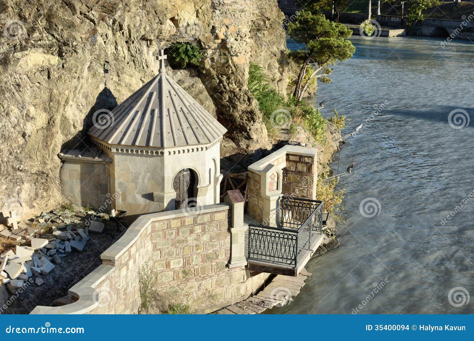 Cappella sulla roccia sopra il fiume di kura (mtkvari) a tbilisi
