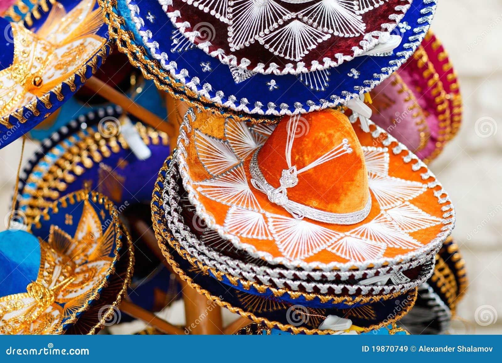 Cappelli messicani variopinti tradizionali del sombrero da vendere.