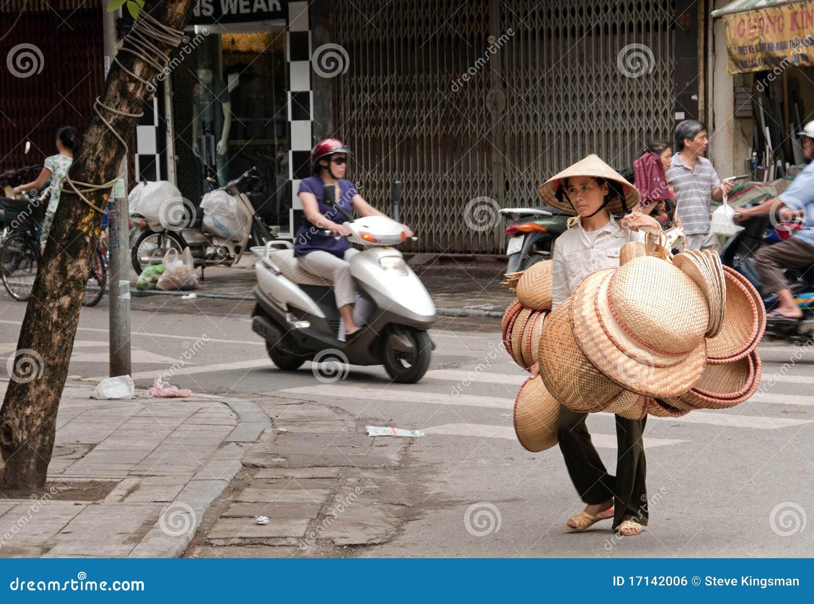 Saleswoman non identificato del cappello nelle strade affollate di Hanoi c286342189cc