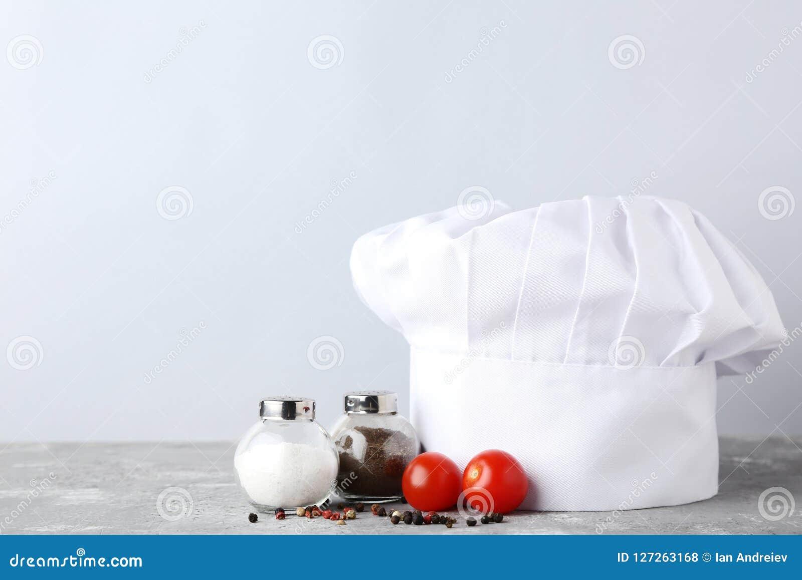 Cappello del cuoco unico con sale, pepe