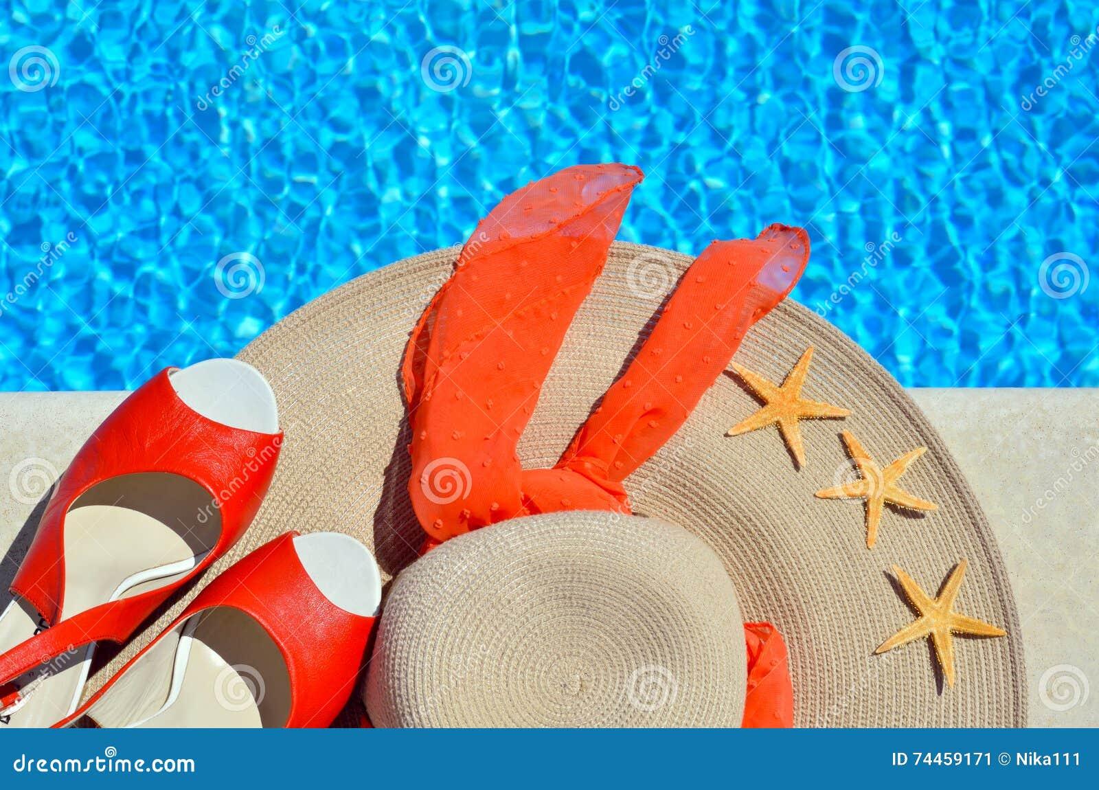 Cappello Della Spiaggia Della Donna, Sandali Rossi E ...
