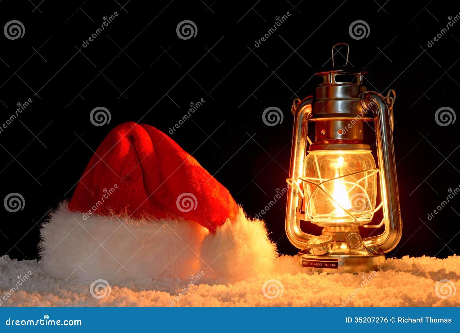 Cappello e lanterna di Santa Claus su neve