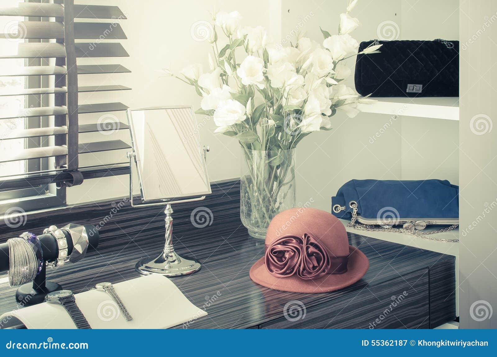 Cappello femminile arancio sulla tavola di condimento