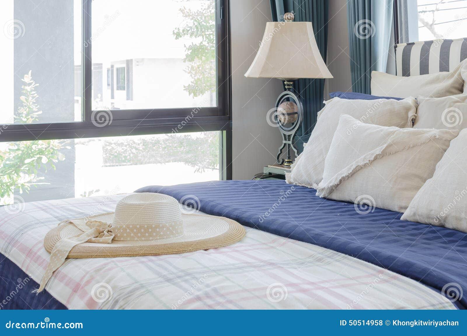 cappello sul letto con i cuscini in camera da letto moderna ... - Cuscini Camera Da Letto