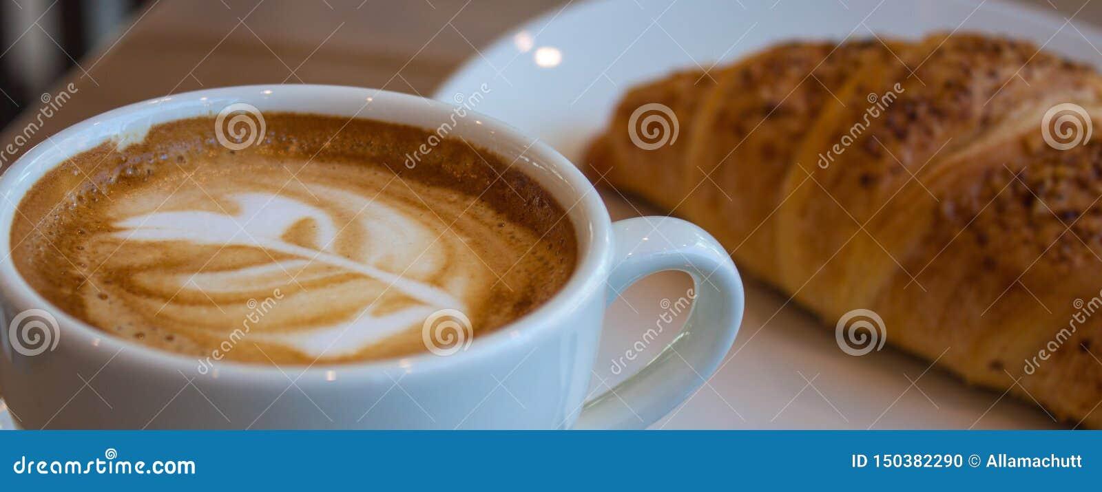 Cappuccino και croissant