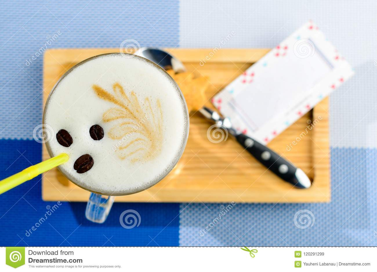 Cappuccino dans un verre sur le conseil en bois et carte avec le copyspac