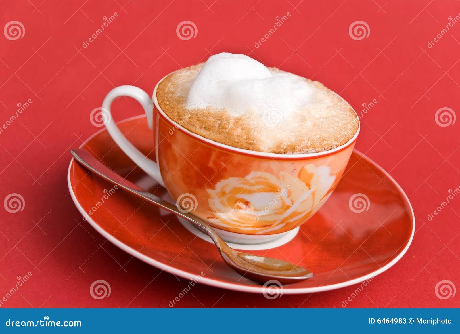Cappuccino kubki mleka piany