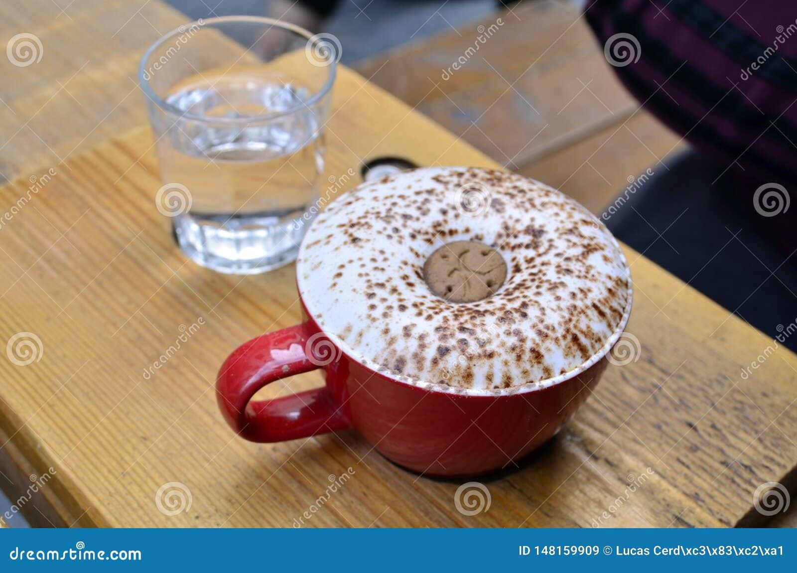 Cappuccino of latte koffie met een koekje