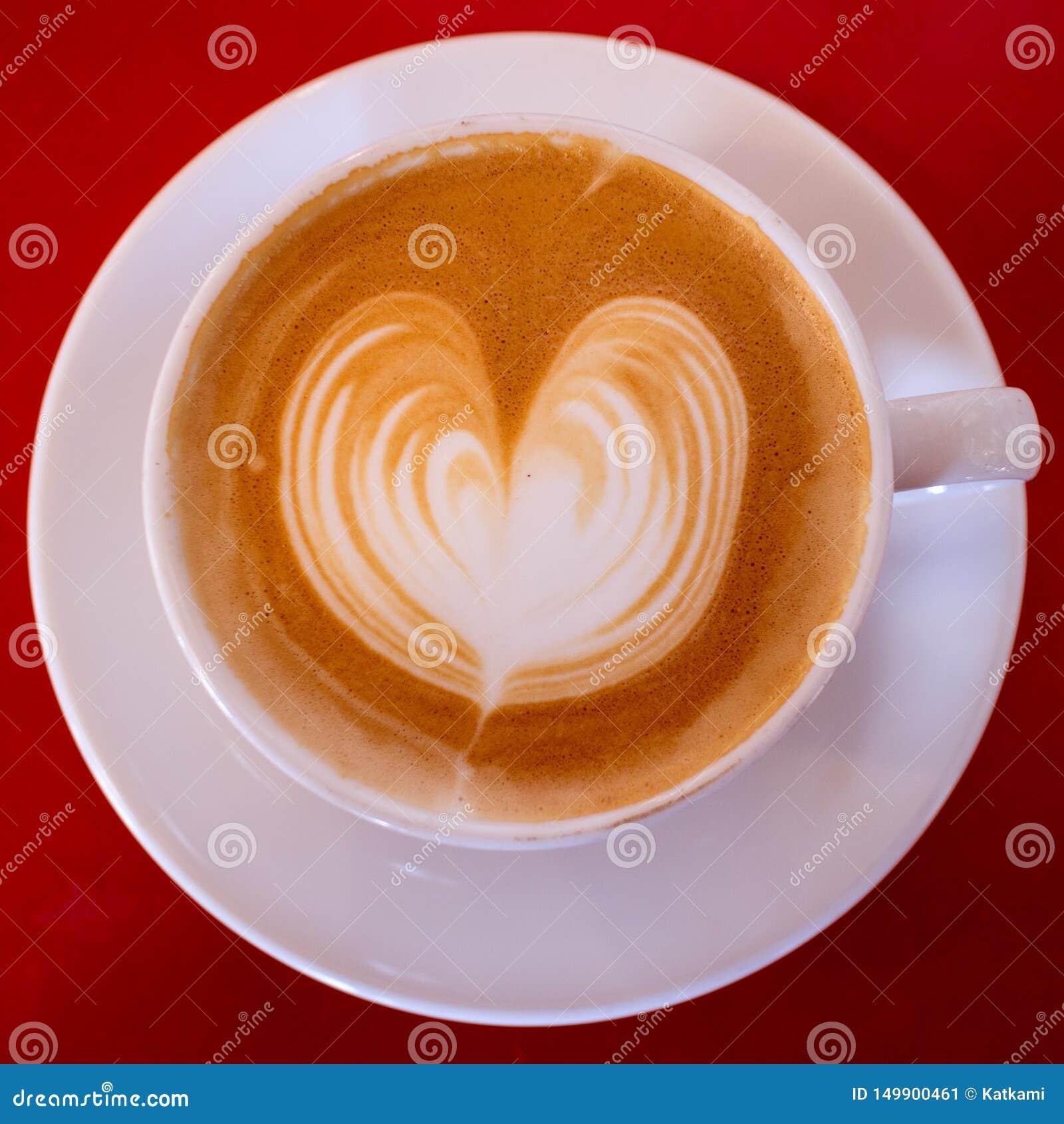 Cappuccino med hjärta i vit rånar