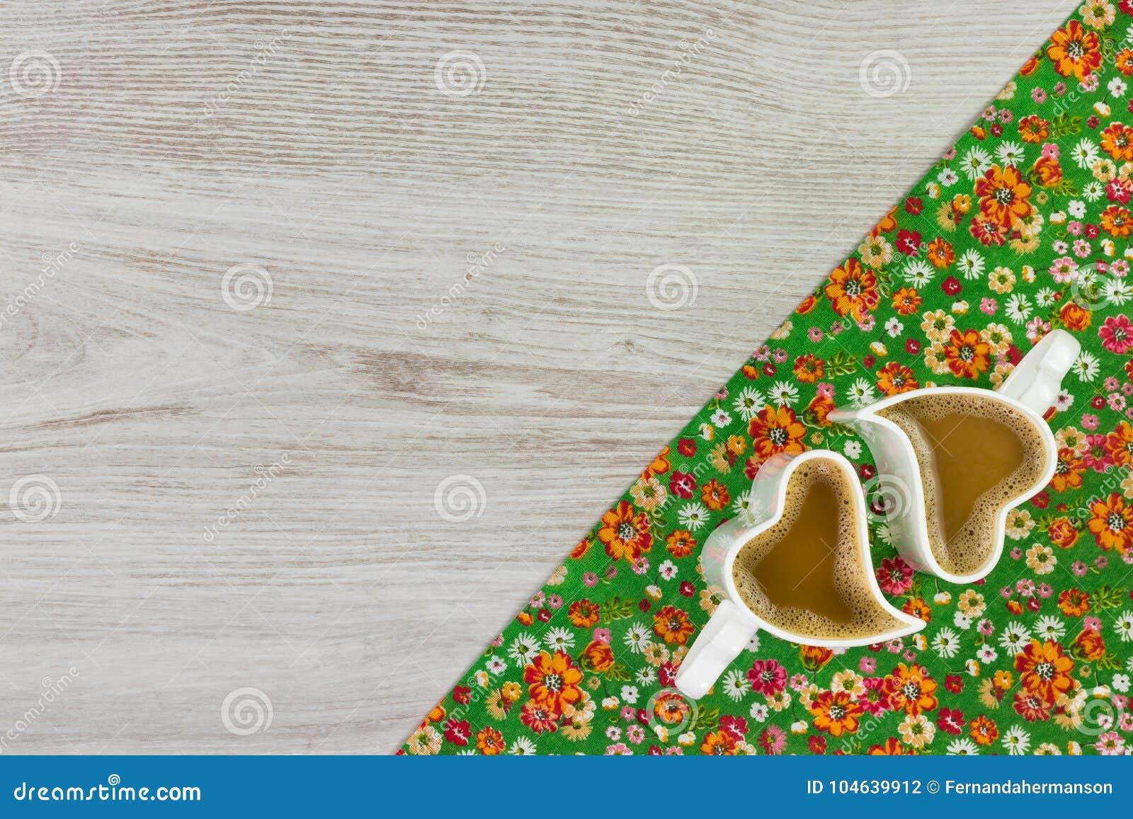 Download Cappuccino Op De Doekservet Van De Patroonbloem Op Lege Houten Backgr Stock Foto - Afbeelding bestaande uit ontwerp, koude: 104639912