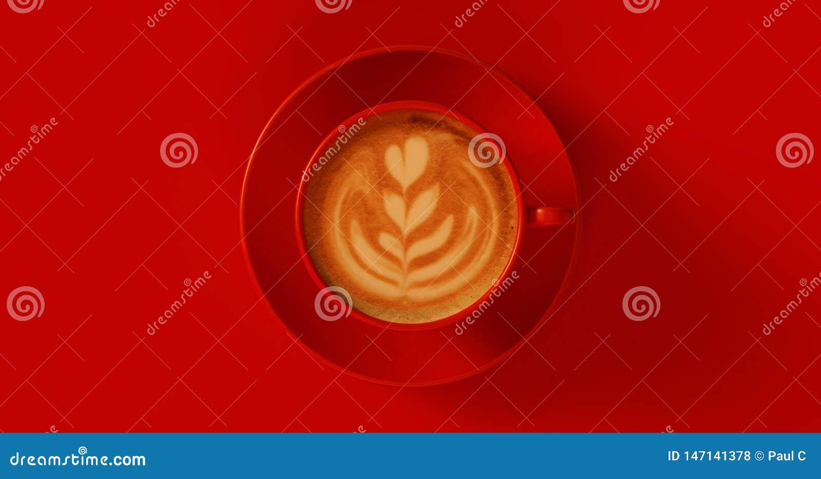 Cappuccino vermelho do copo de café