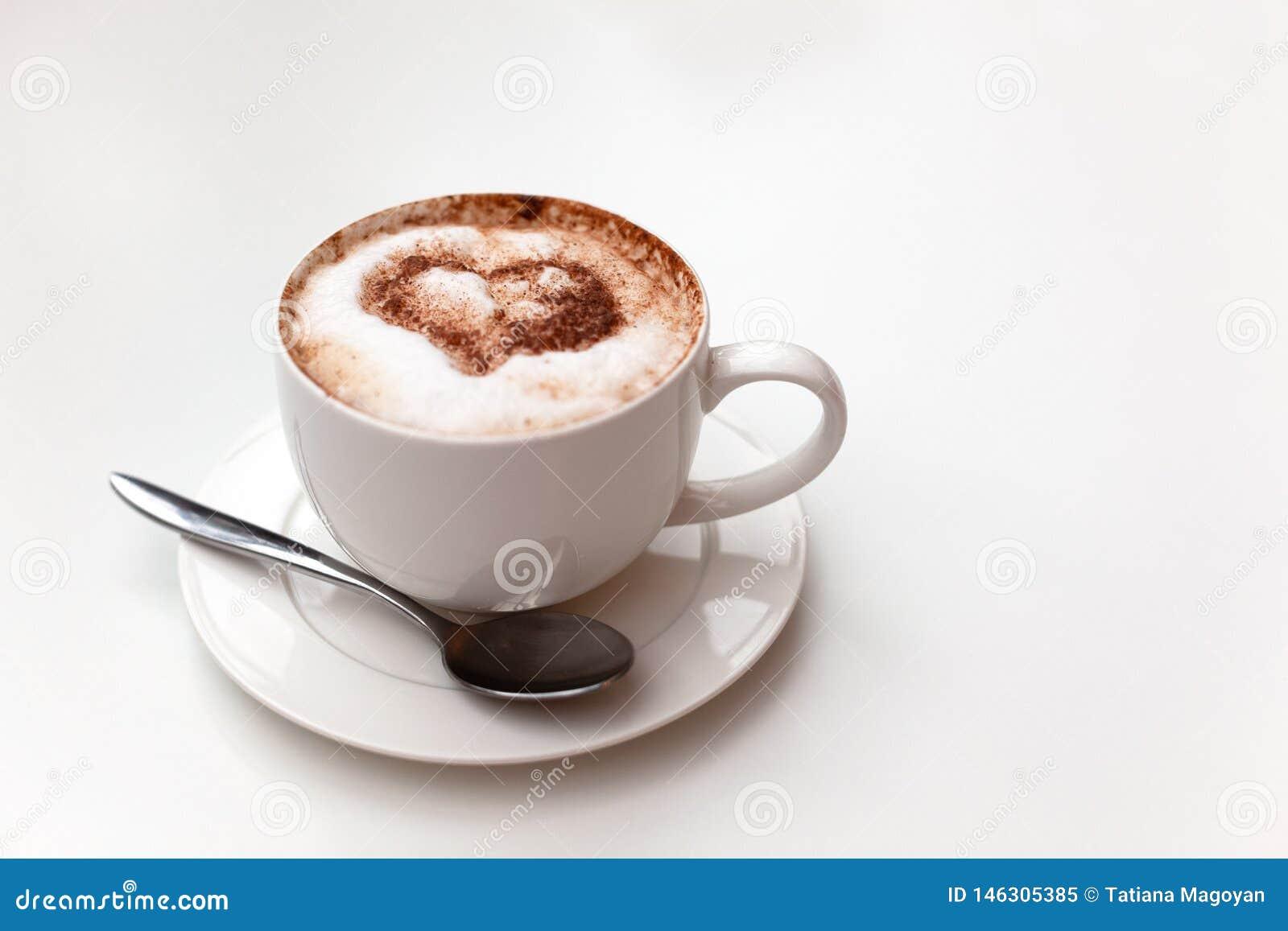 Cappuccinoschale auf weißem Tabellenhintergrund Schaum wird mit Zimtherzen verziert Kopieren Sie Platz Draufsicht, gelegen an der
