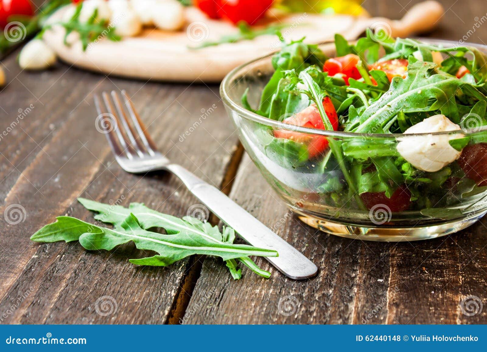 caprese salat mit mozzarella tomaten und arugula stockfoto bild 62440148. Black Bedroom Furniture Sets. Home Design Ideas