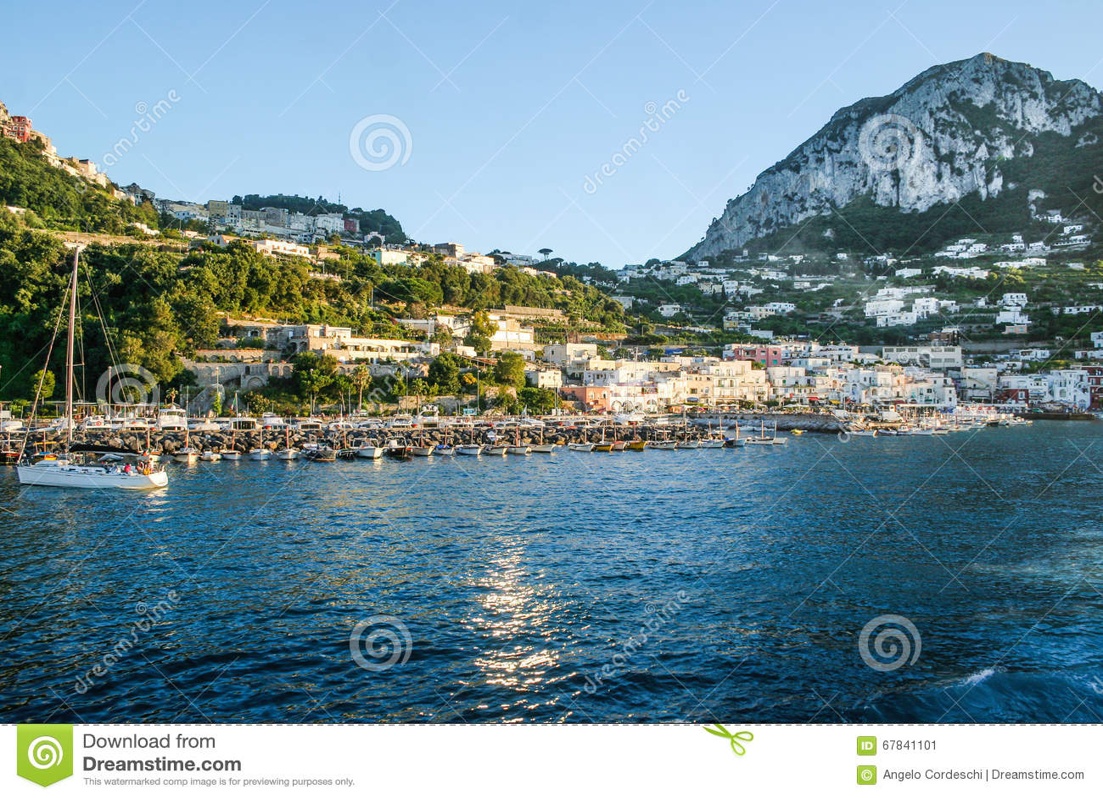 里岛地?_卡普里岛美丽的海岛在从海看见的意大利 与度假者许多小船的小口岸