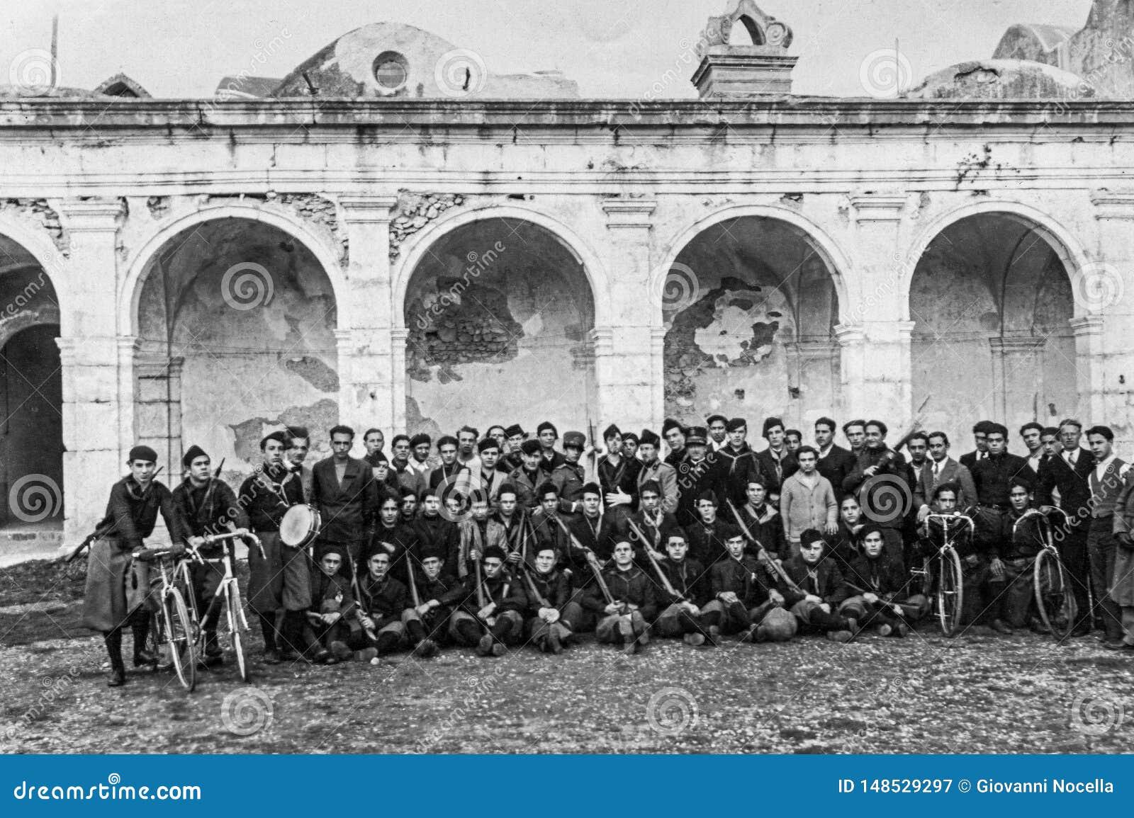Capri, Itália, 1927 - os fascistas novos levantam para uma foto da lembrança após um recolhimento no Certosa di Capri