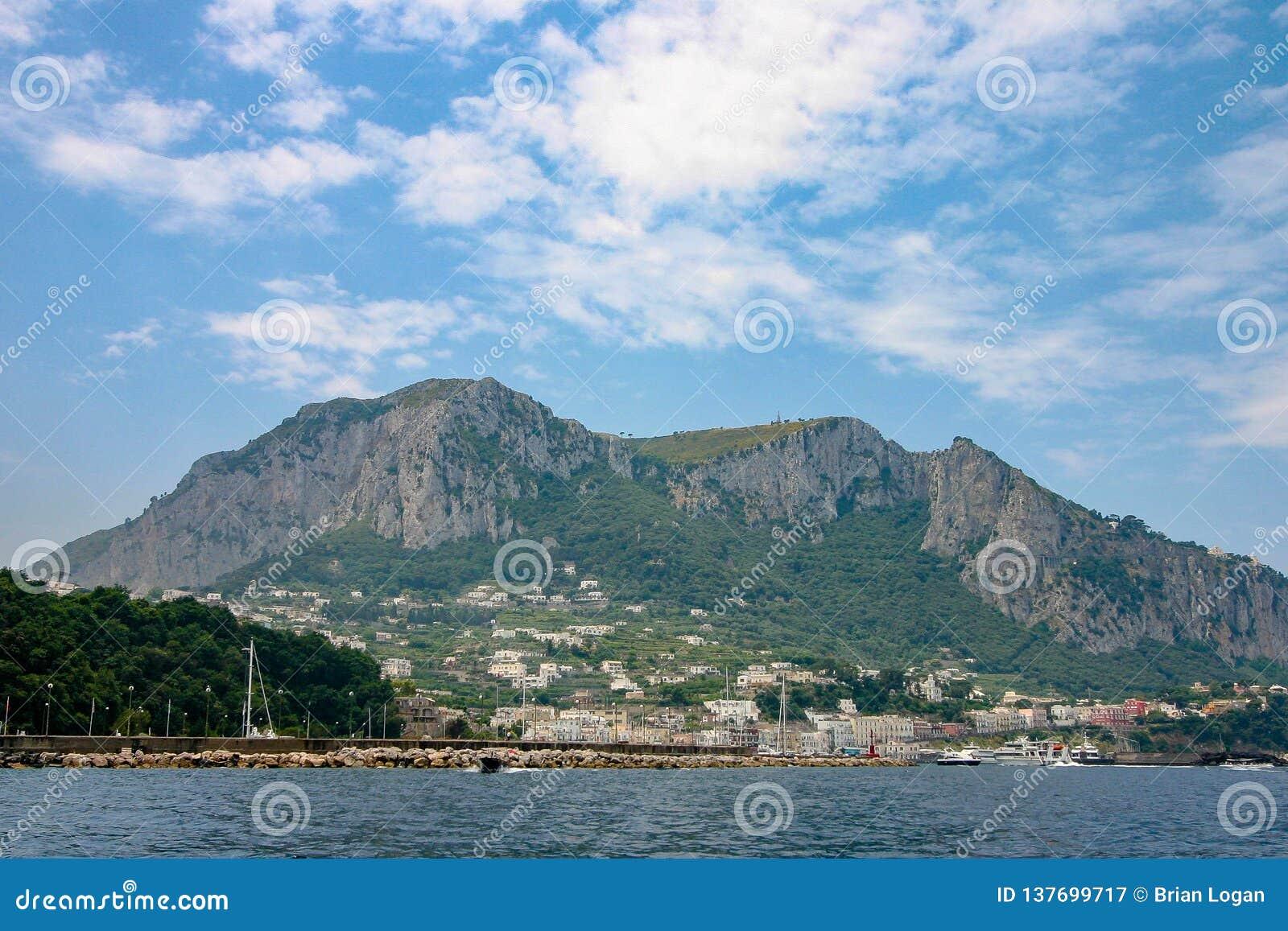 Capri, Italië - een mening van het eiland van het overzees