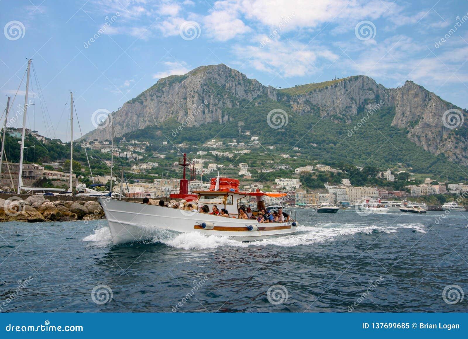 Capri, Italië - een motorboot die vanaf het eiland verzenden