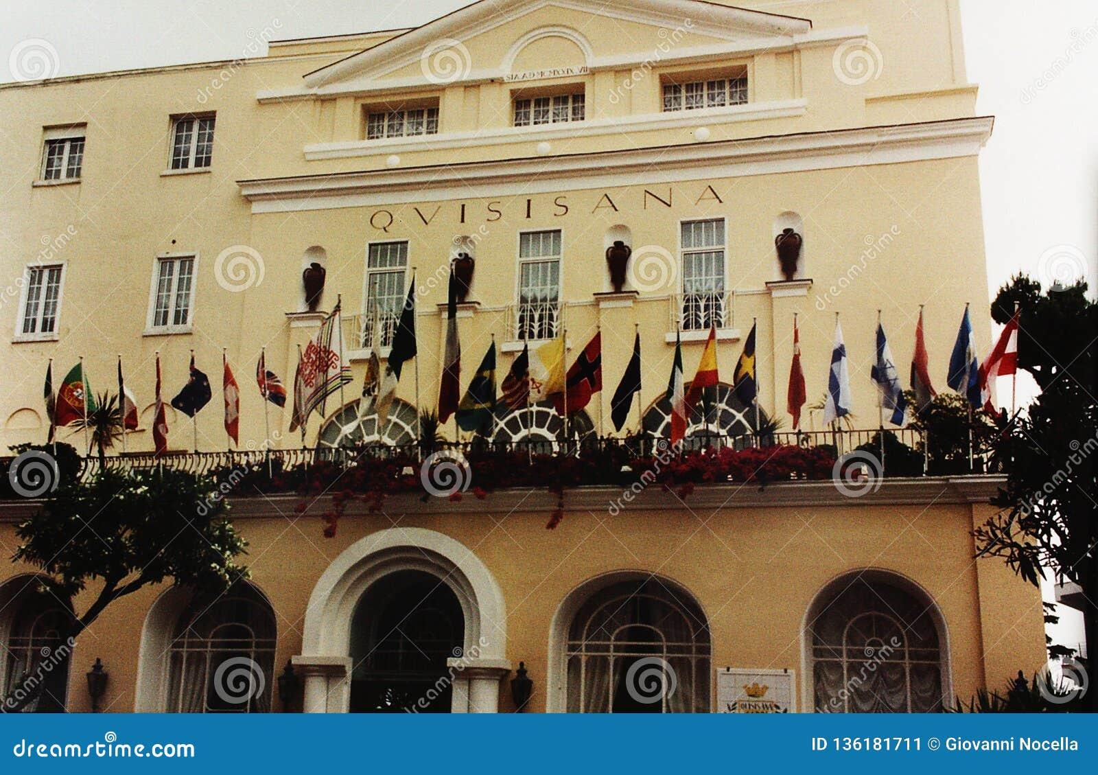 CAPRI, ITALIE, 1992 - les drapeaux de beaucoup de nations flottent sur la terrasse fleurie d un des hôtels les plus fascinants de
