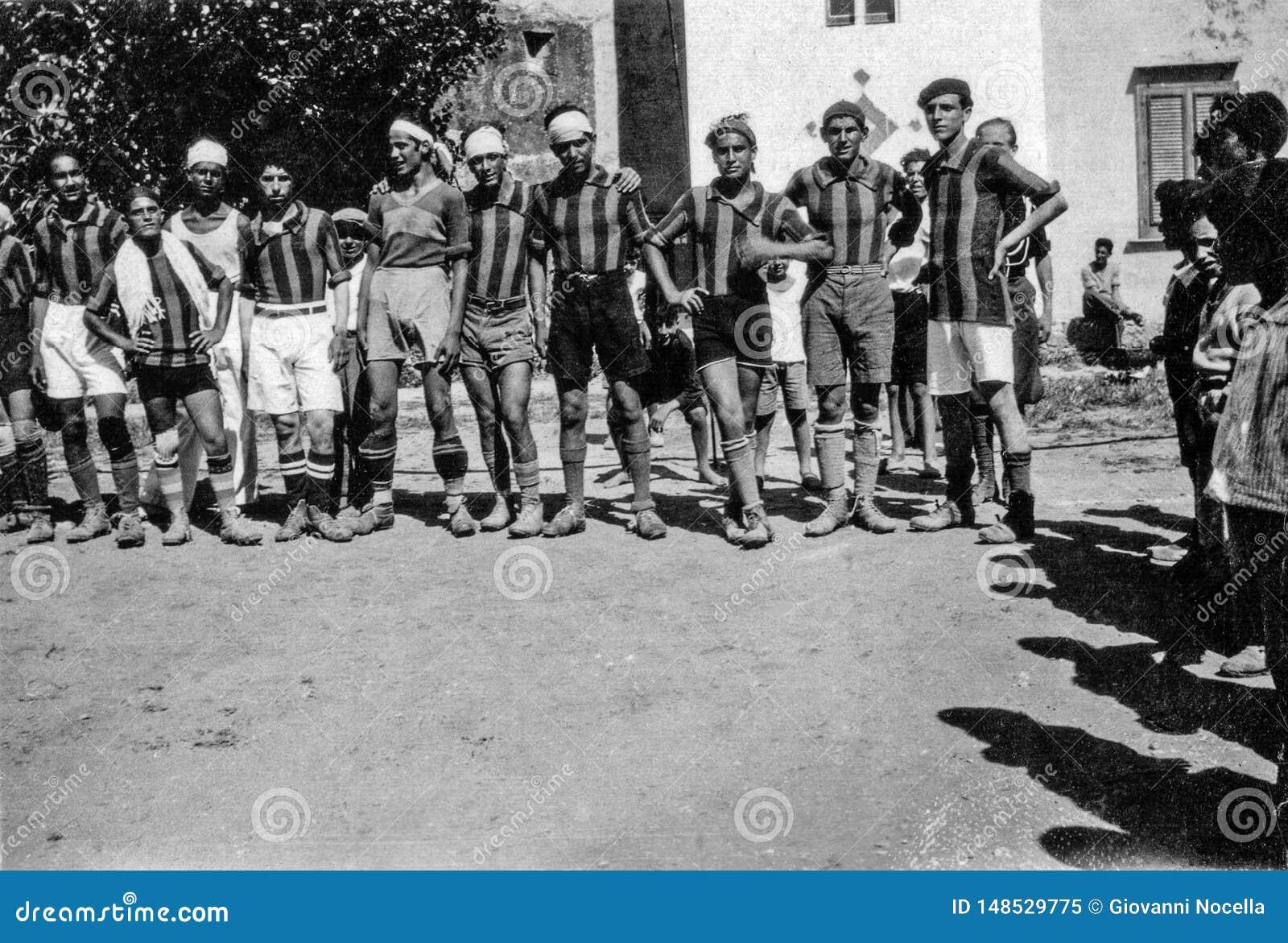 Capri, Italien, 1934 - Caprese-Spieler werfen nach einem Fußballspiel in Capri auf