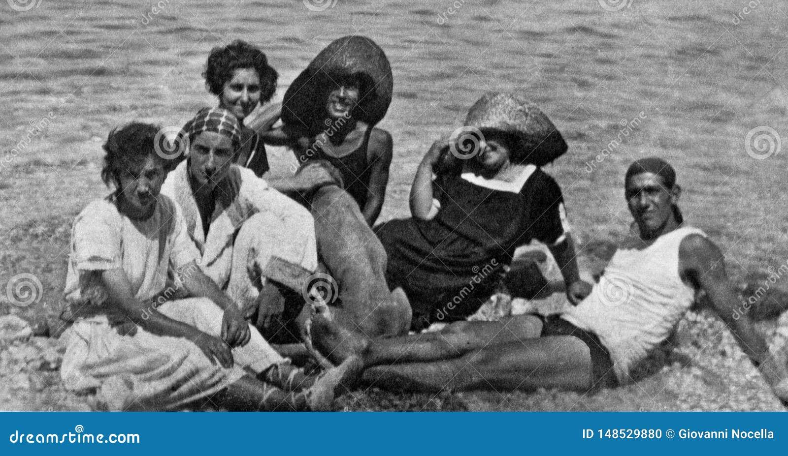 Capri, Italien, 1932 - eine Gruppe Jungen und Mädchen mit einem Hund entspannen sich in der Capri-Sonne