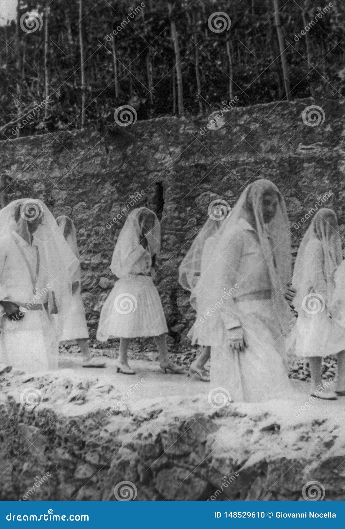 Capri, Italien, 1929 - einige junge Mädchen führen in weißes Kleid und in Schleier während der Feiern von San Costanzo, Gönner de