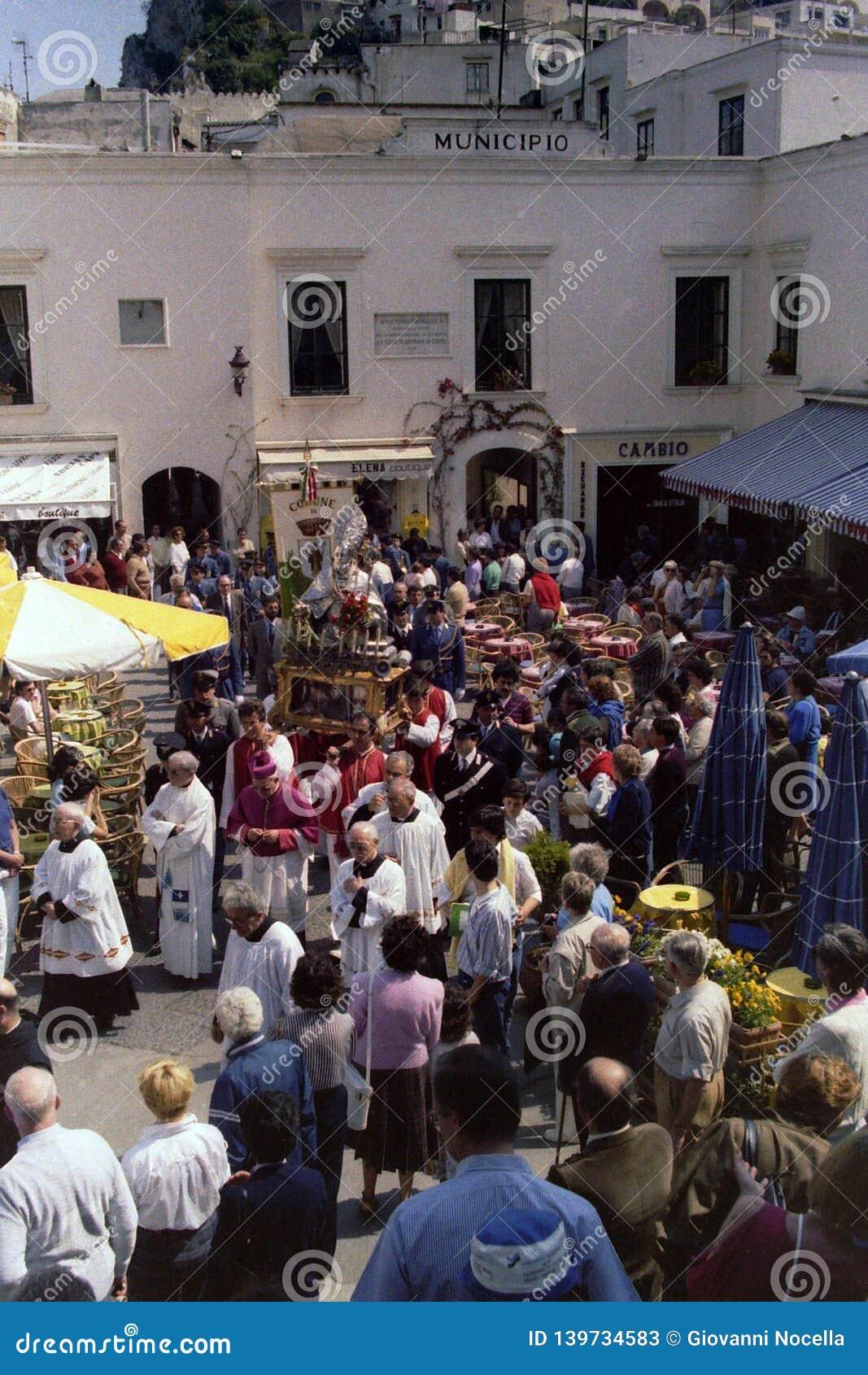 CAPRI ITALIEN, MAJ 1974 - statyn av San Costanzo, skyddshelgonet av ön, korsar Piazzettaen av Capri i procession