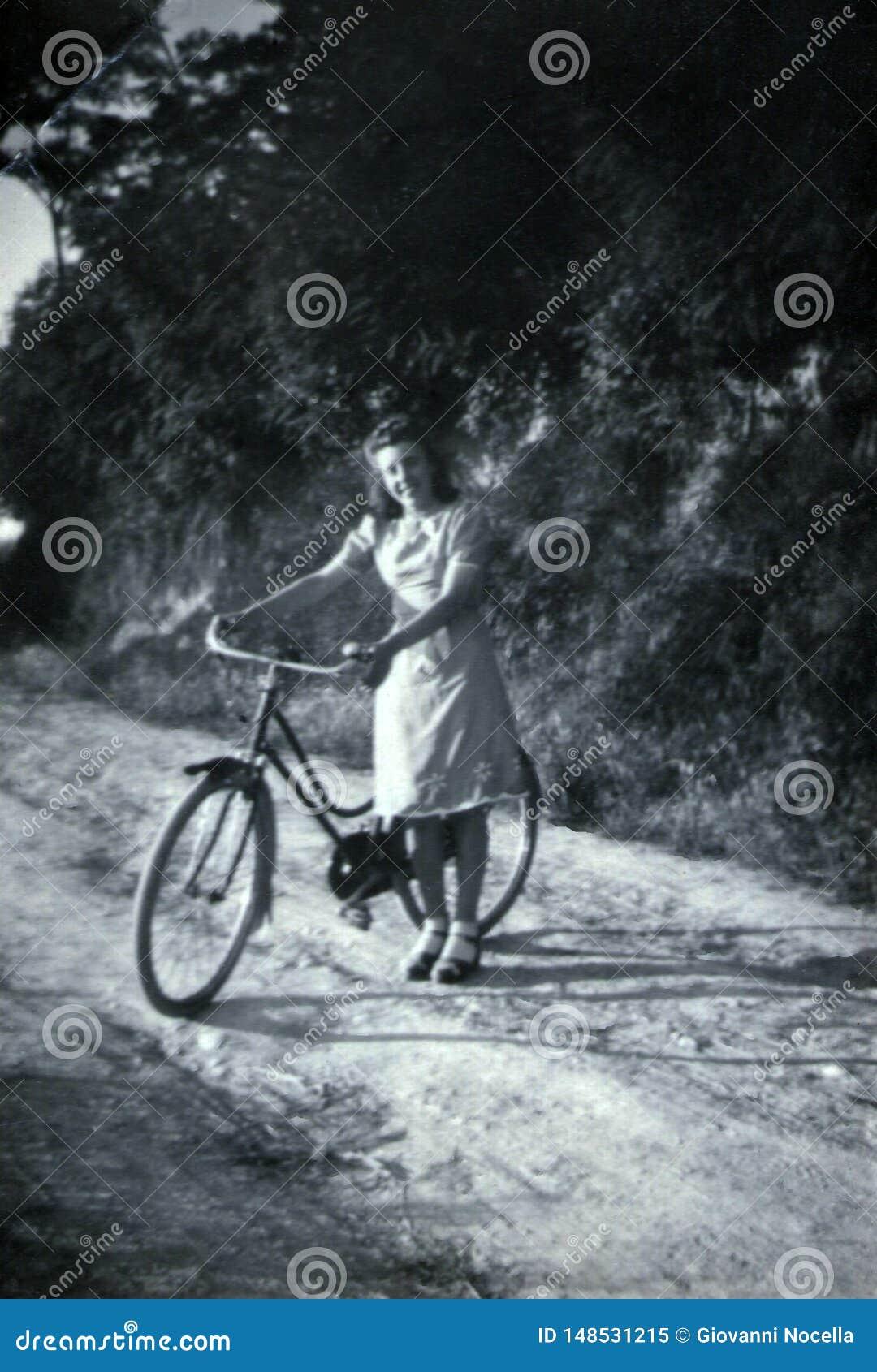 Capri, Włochy, 1932 - dziewczyna ono uśmiecha się radośnie z jej bicyklem