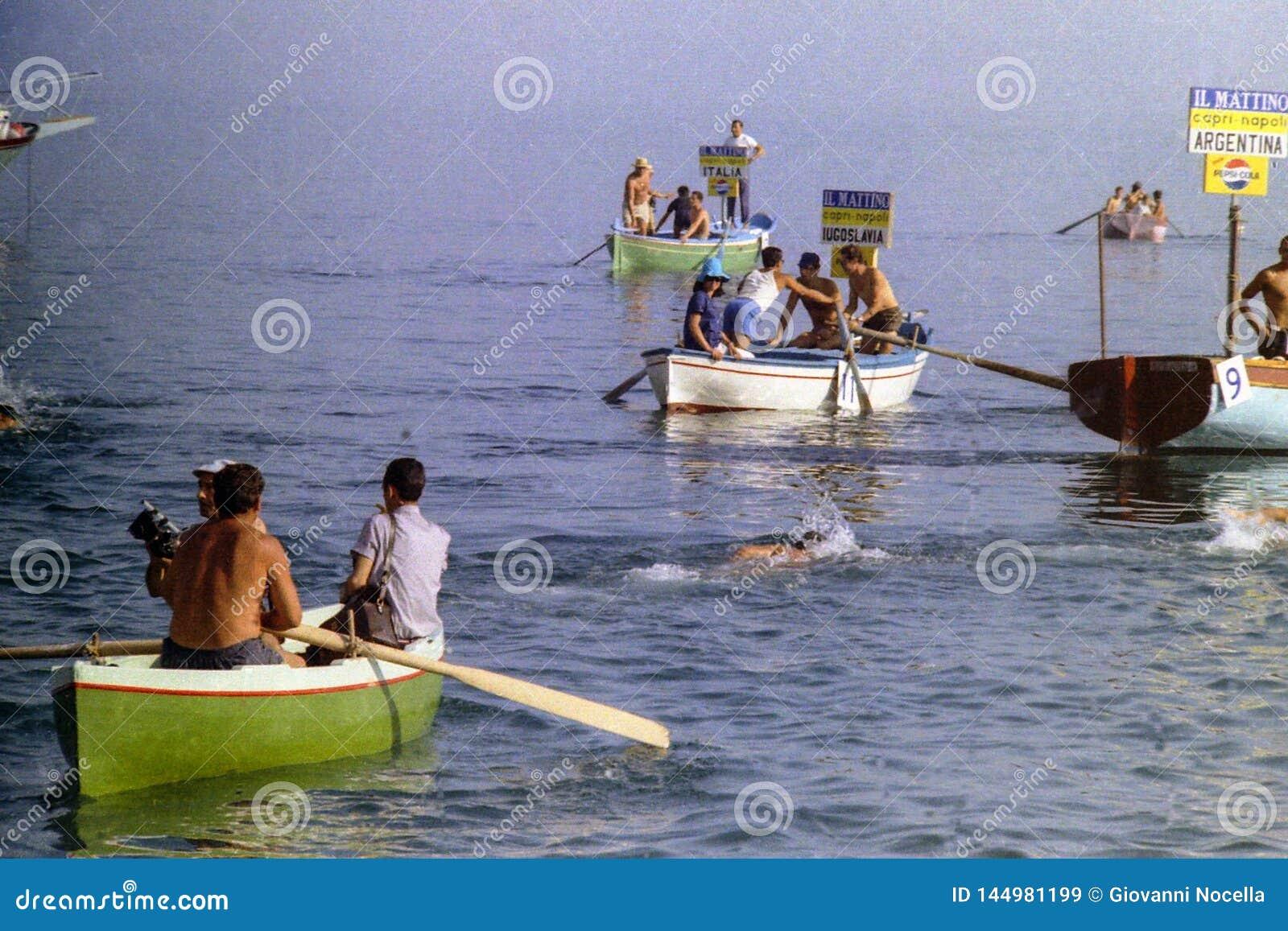 CAPRI, WŁOCHY, 1967 - Niektóre atlety pływają w zatoce Naples w tradycyjnego Naples maratonu przez cały kraj rasie