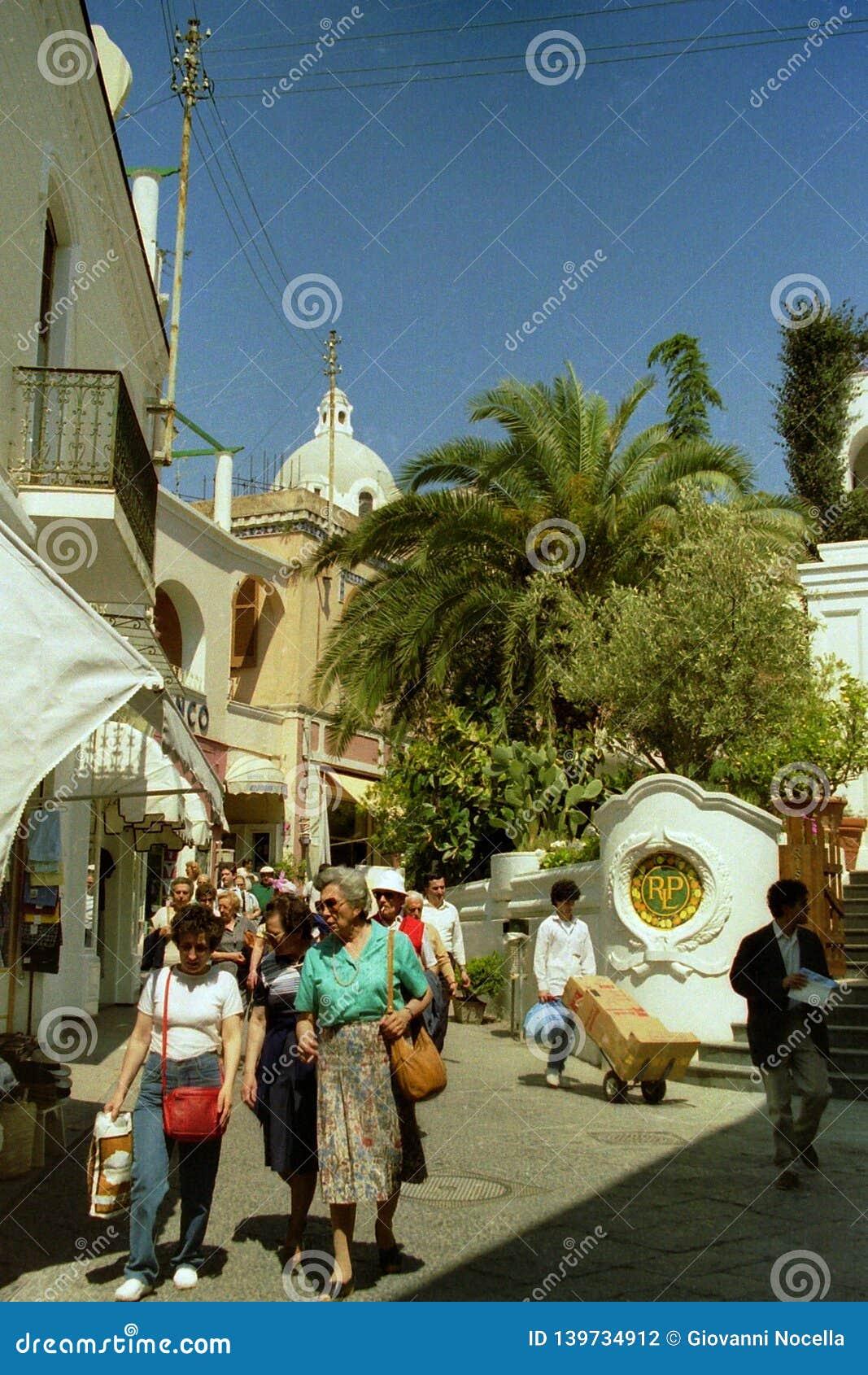 CAPRI, WŁOCHY, 1986 - turyści spacerują wśród sklepów wąskie ulicy Capri