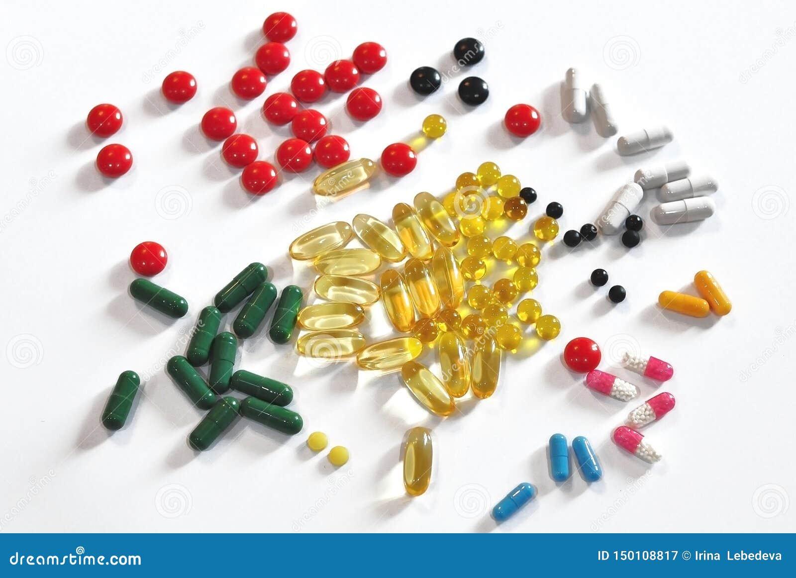 Capsule medicinali multicolori e compresse sparse sulla tavola