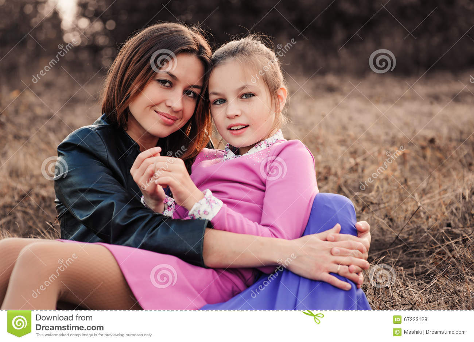 Captação do estilo de vida da filha feliz da mãe e do preteen que tem o divertimento exterior Família loving que passa o tempo ju