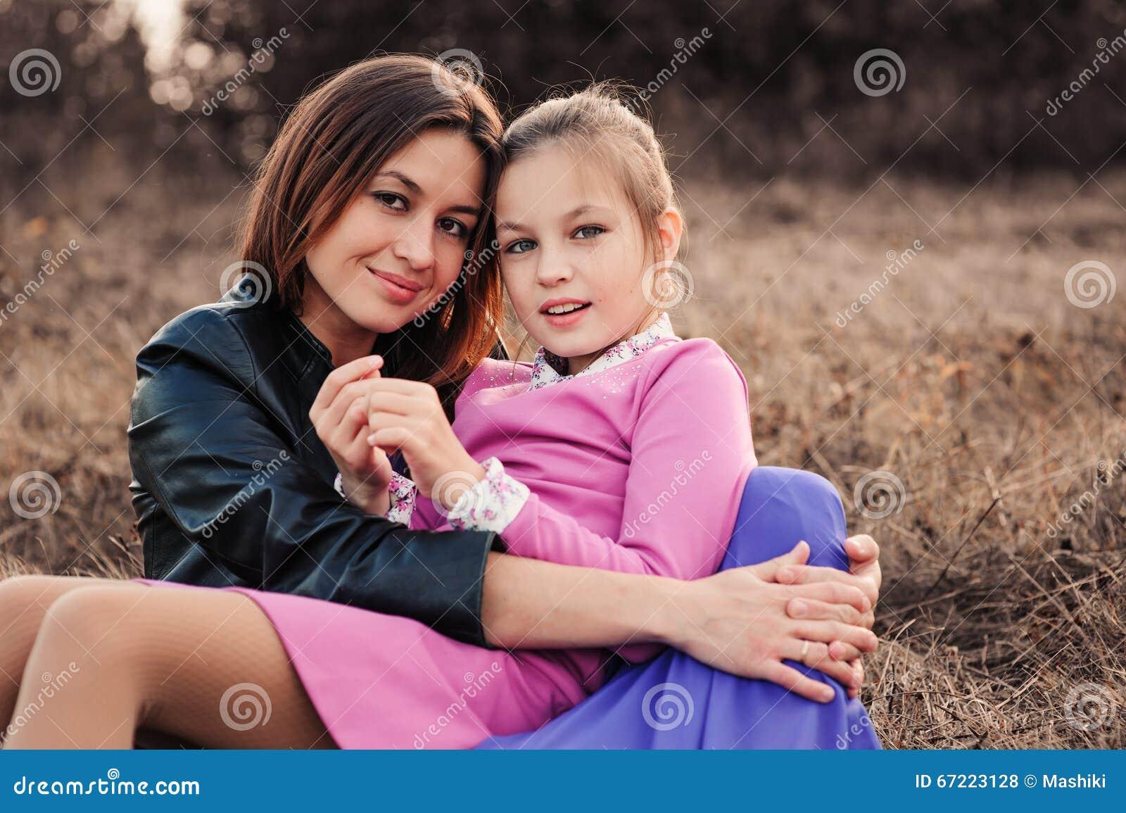 Captura de la forma de vida de la hija feliz de la madre y del preadolescente que se divierte al aire libre Familia cariñosa que