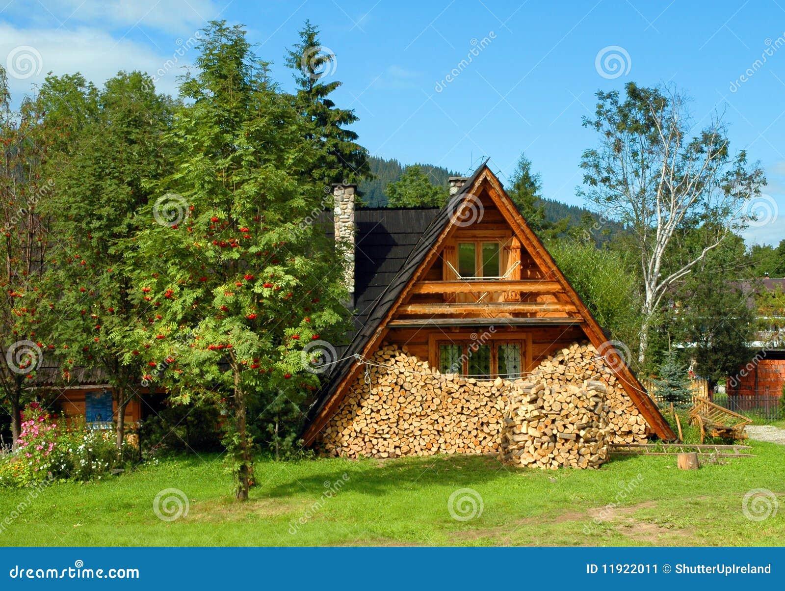 Captura de una casa de madera en campo imagen de archivo - Casas de campo madera ...