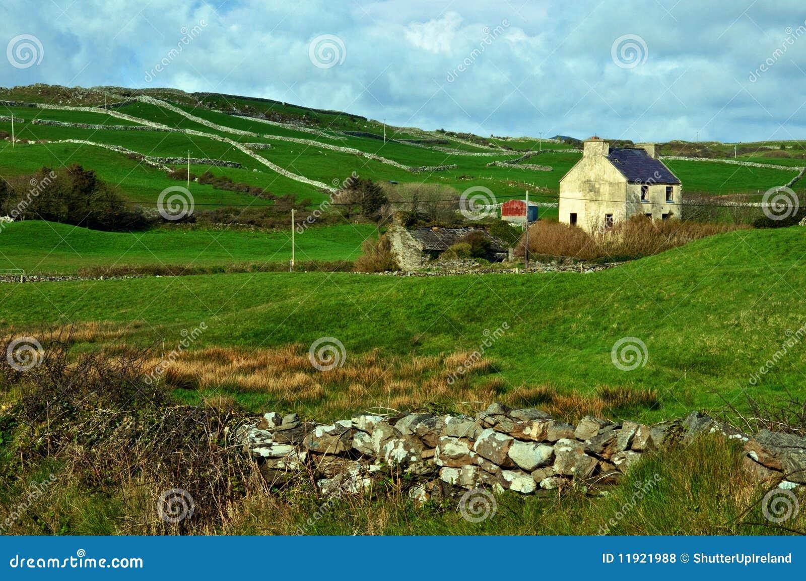 Captura de una casa rural de la granja en irlanda fotos de - Casa rural con granja ...