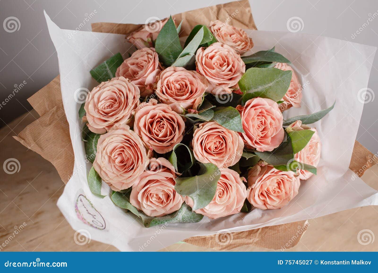 Capuchino等级玫瑰 有富有的束花的卖花人女孩 新鲜的春天花束 夏天背景 少妇花