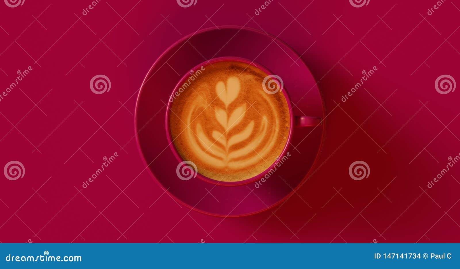 Capuchino rojo de color morado oscuro de la taza de café