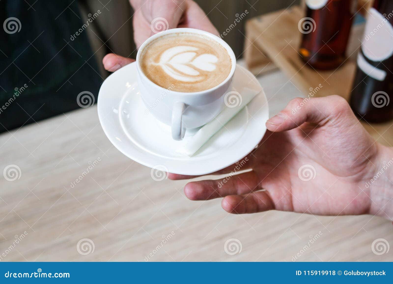 Capuchino servido cliente de la receta del menú de la cafetería