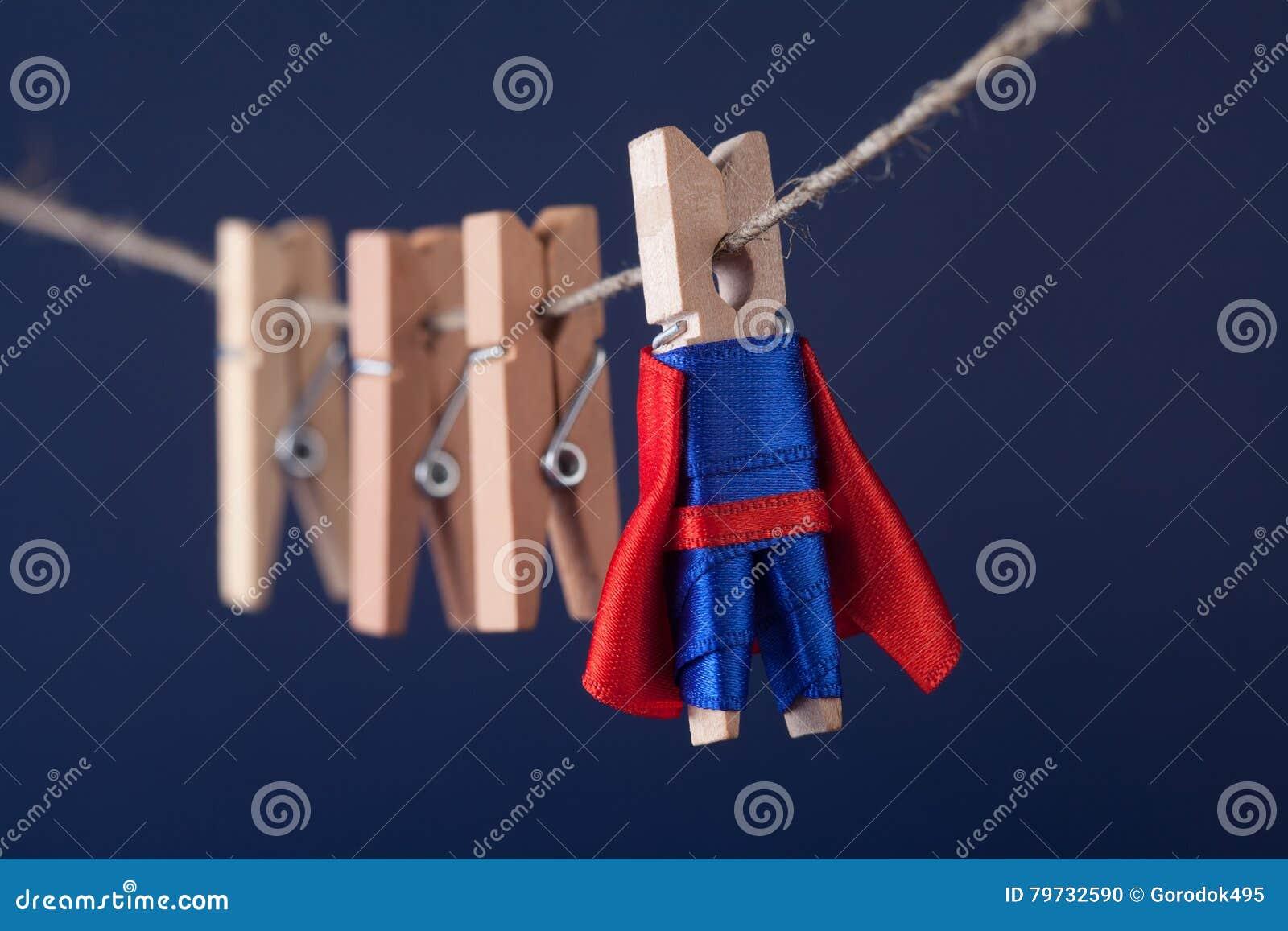 Carácter potente de la clavija de la superestrella en cabo azul del rojo del traje dirección y equipo de madera de las pinzas en