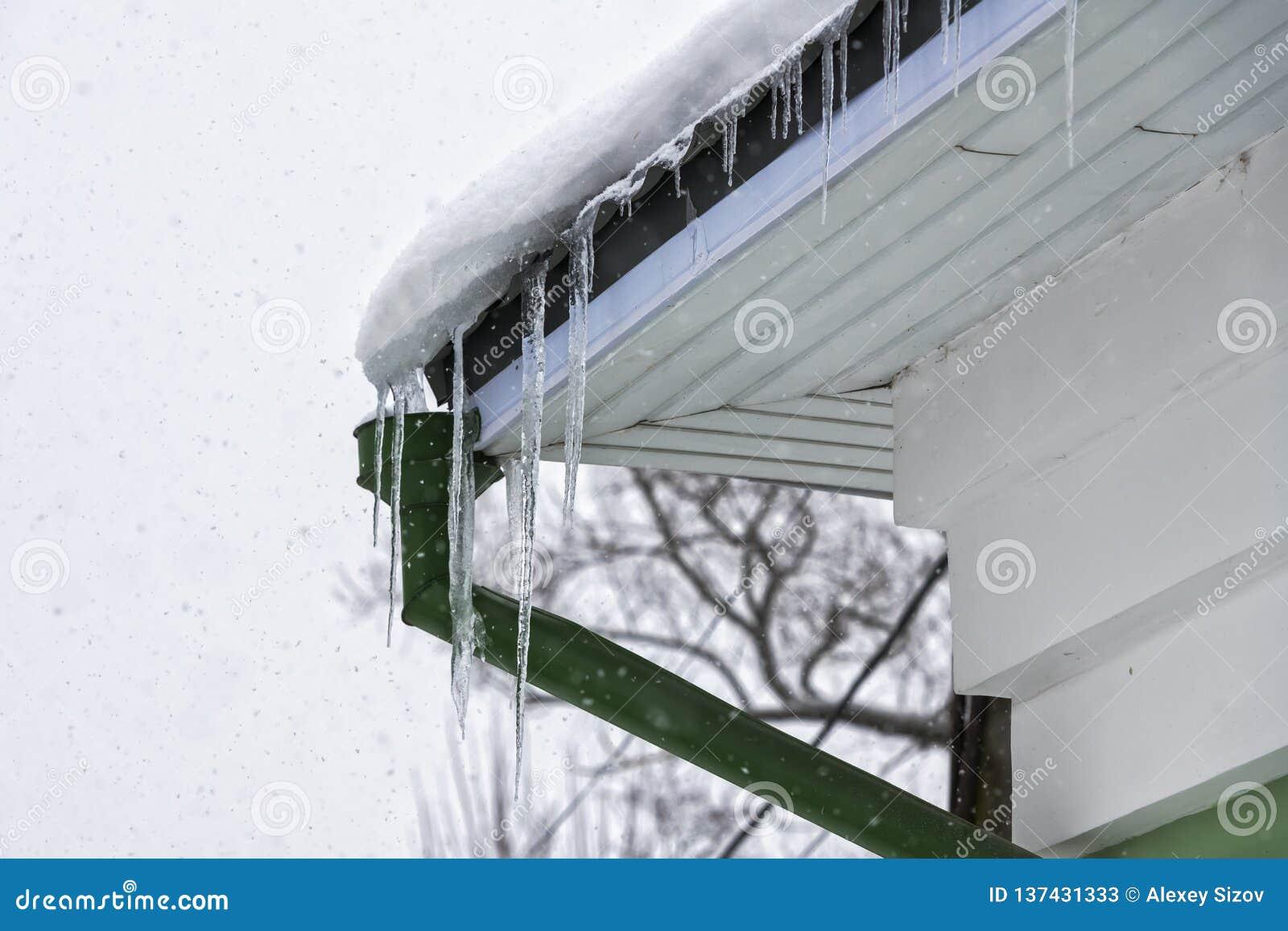 Carámbano en el tejado del tubo