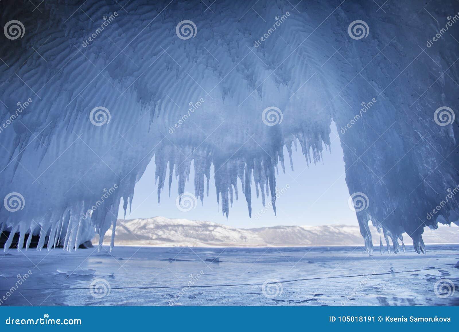 Carámbanos El lago Baikal, isla de Oltrek