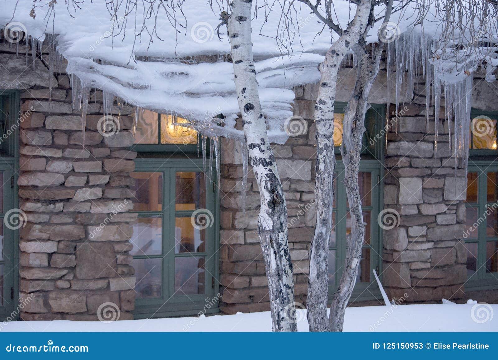 Carámbanos y luz con Windows de un edificio en Arizona septentrional durante el invierno