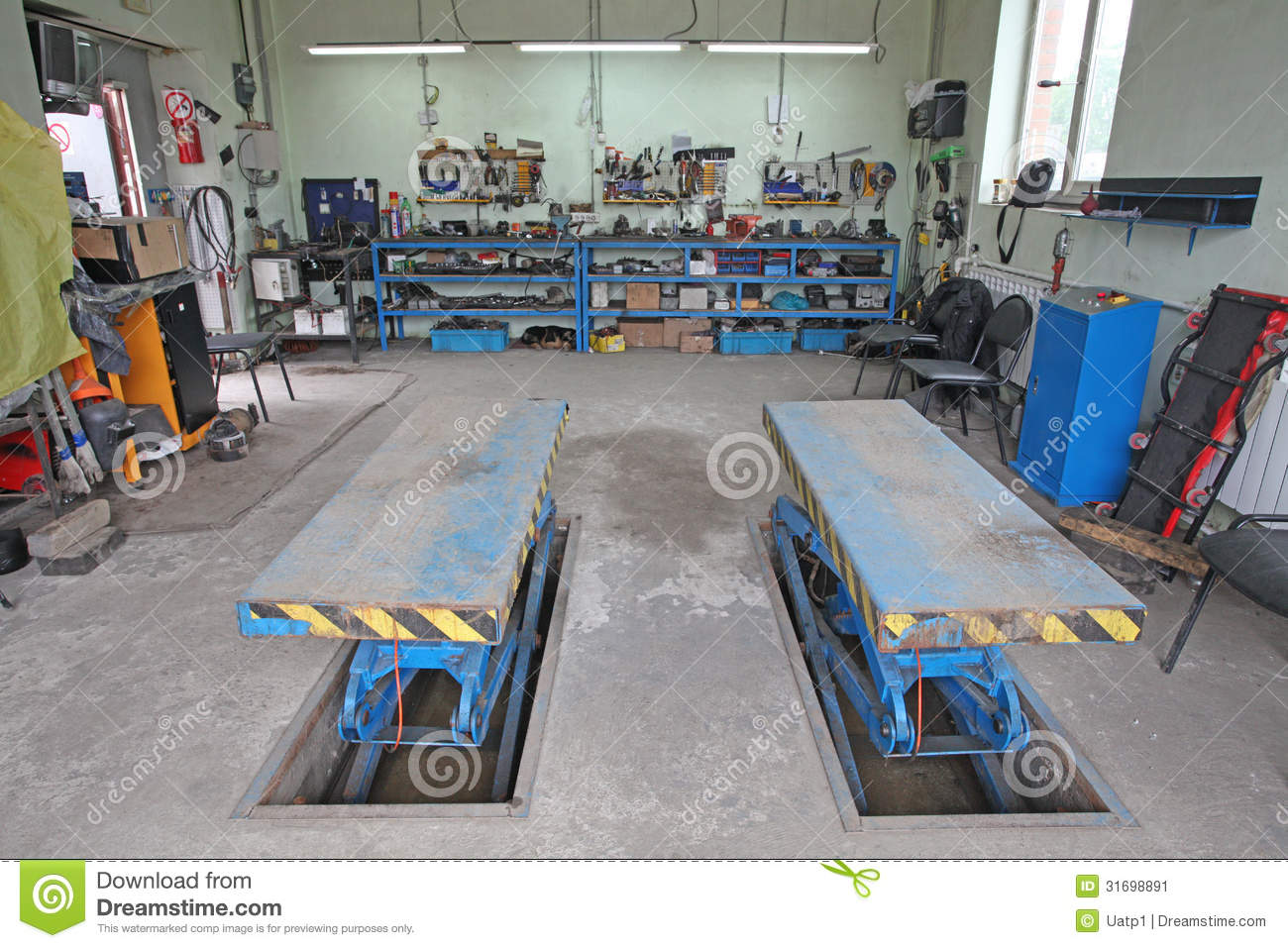 Car repair garage stock image image 31698891 for Garage reparation auto