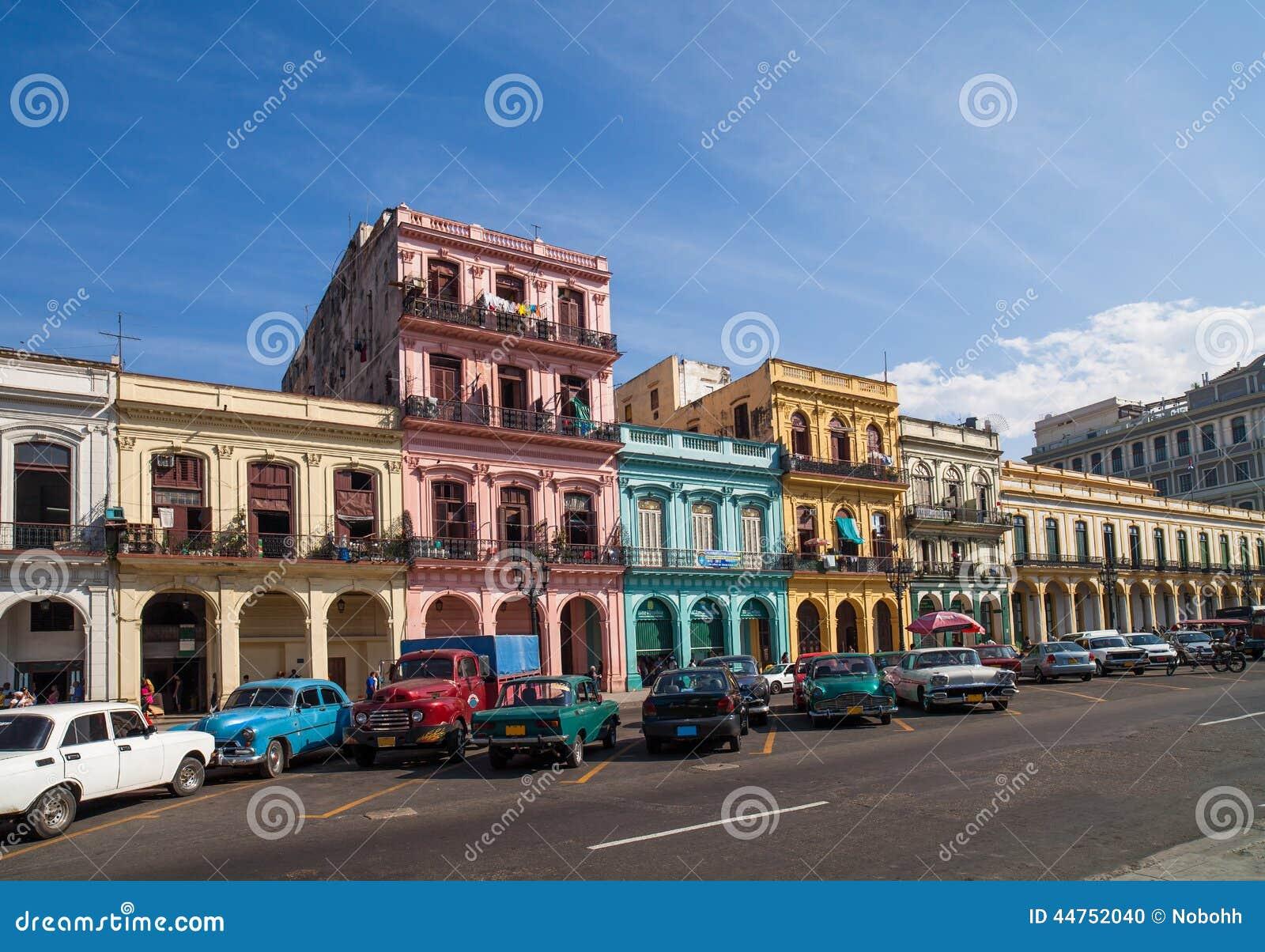 Caraïbisch Cuba Havana die op de hoofdstraat voortbouwen