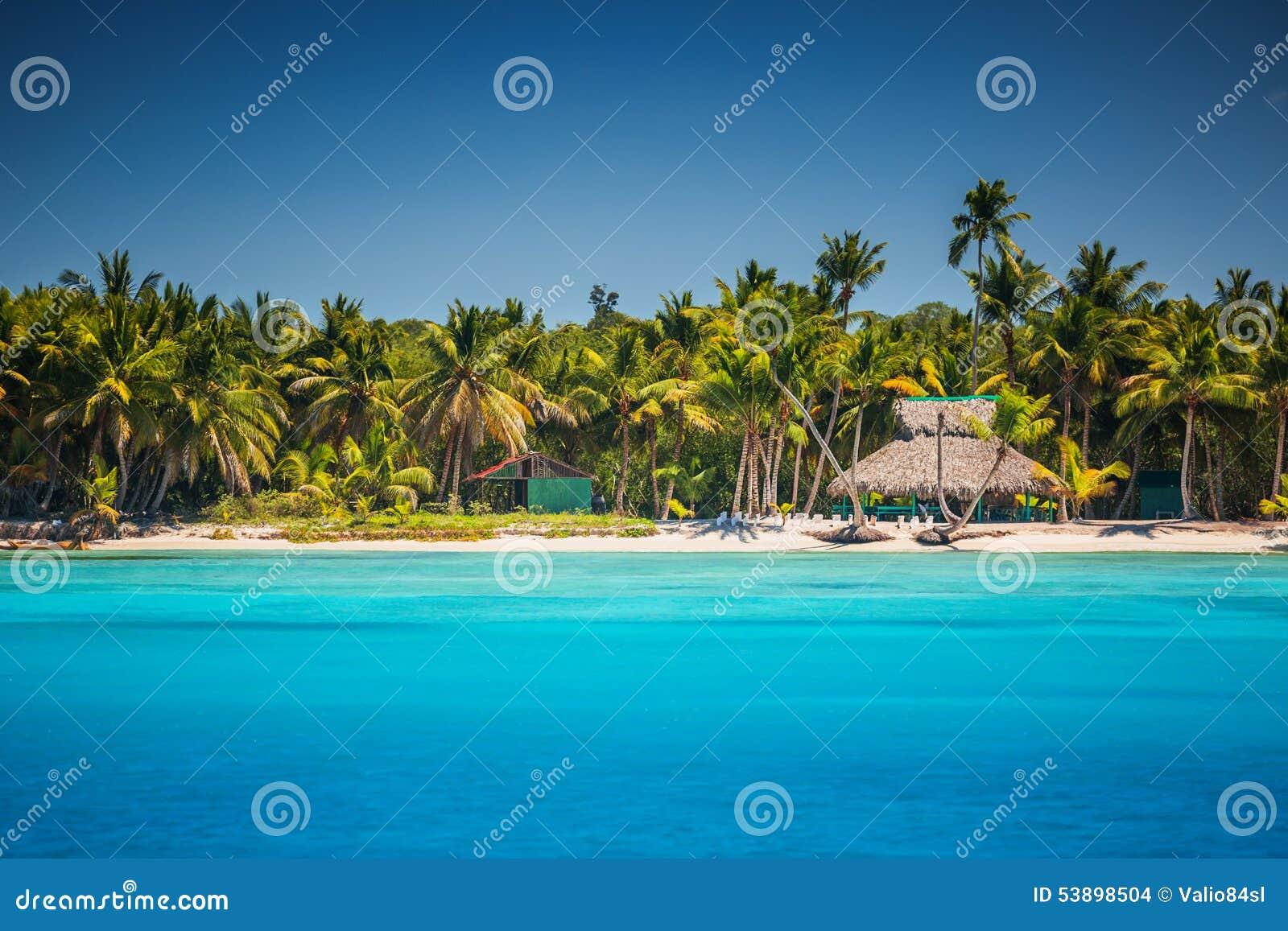 Caraïbisch wild strand in Punta Cana, Dominicaanse Republiek