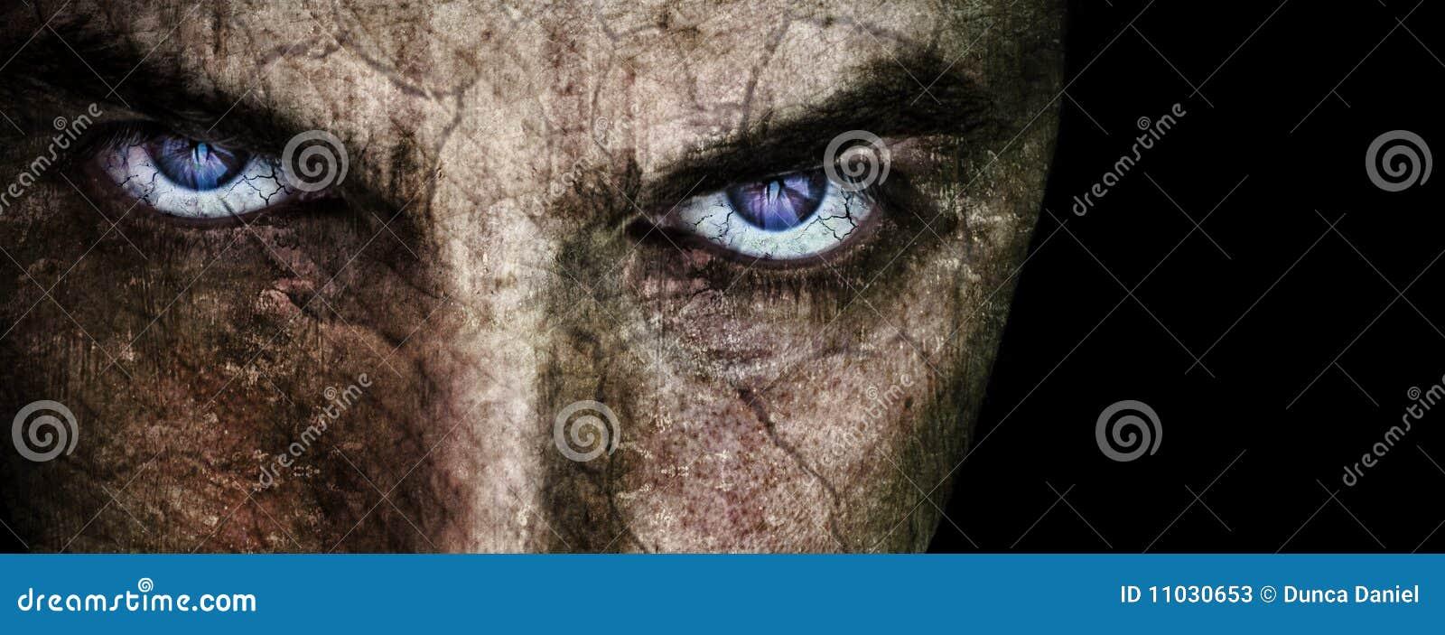 Cara agrietada con los ojos asustadizos malvados siniestros
