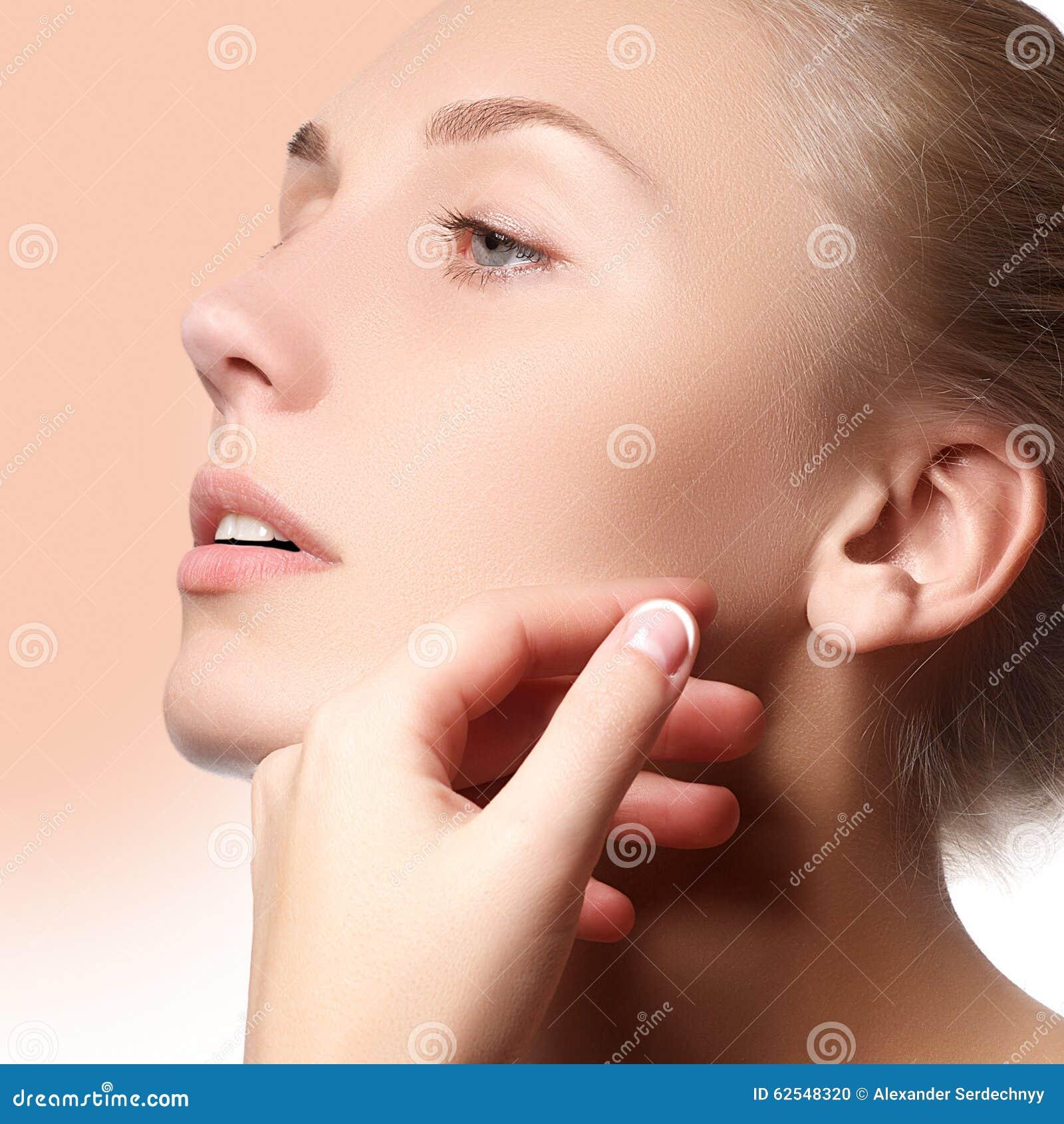 Cara bonita da mulher adulta nova com pele fresca limpa - Menina bonita com composição, juventude e cuidados com a pele bonitos