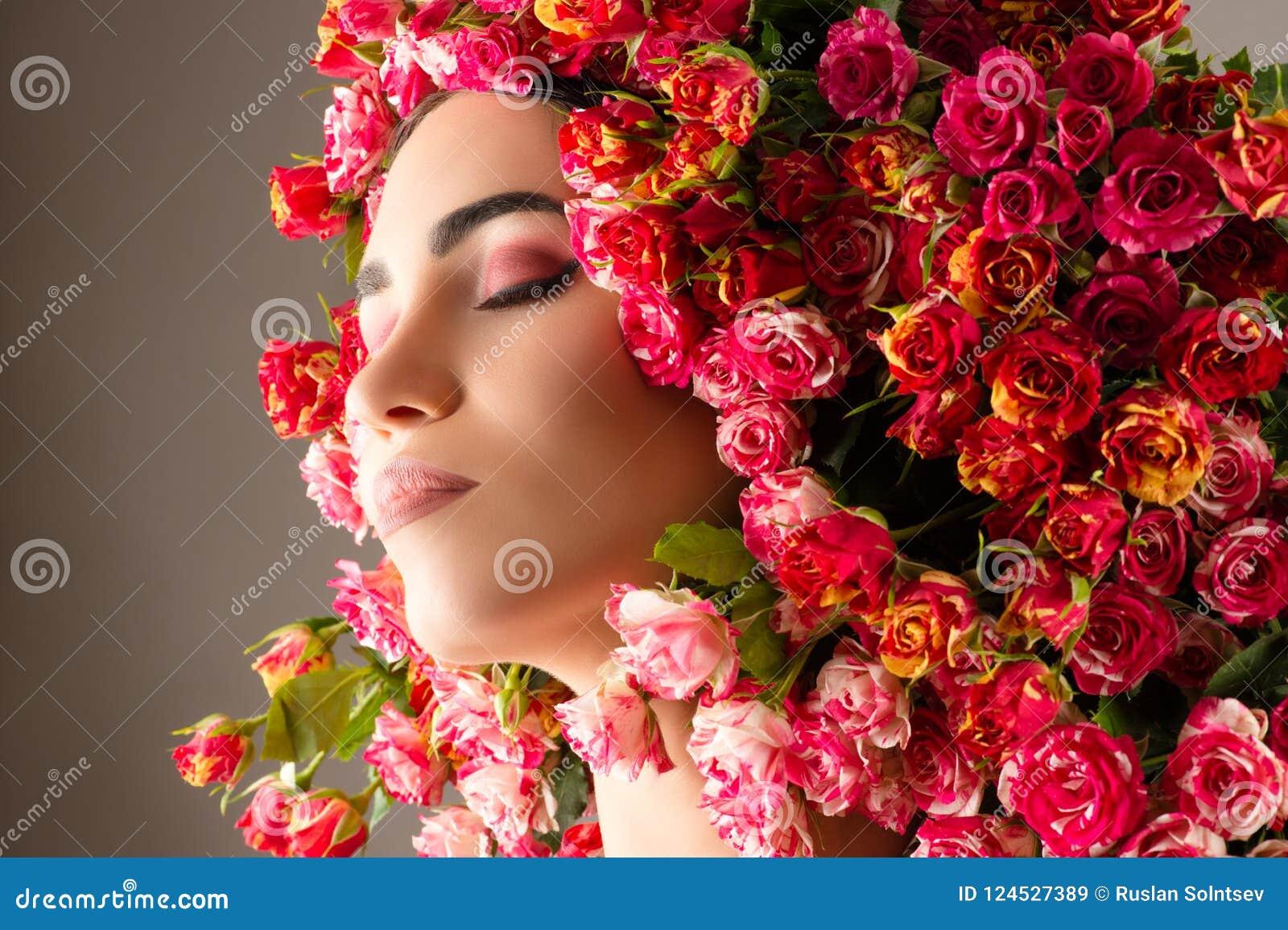 Cara Bonita Do Perfil Da Composição Com Close Up Das Rosas