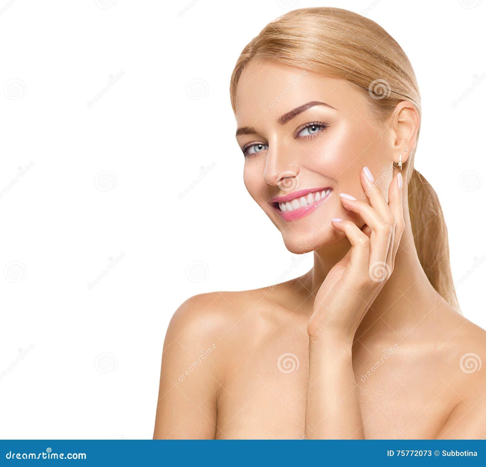 Cara conmovedora de la muchacha del modelo del balneario de la belleza