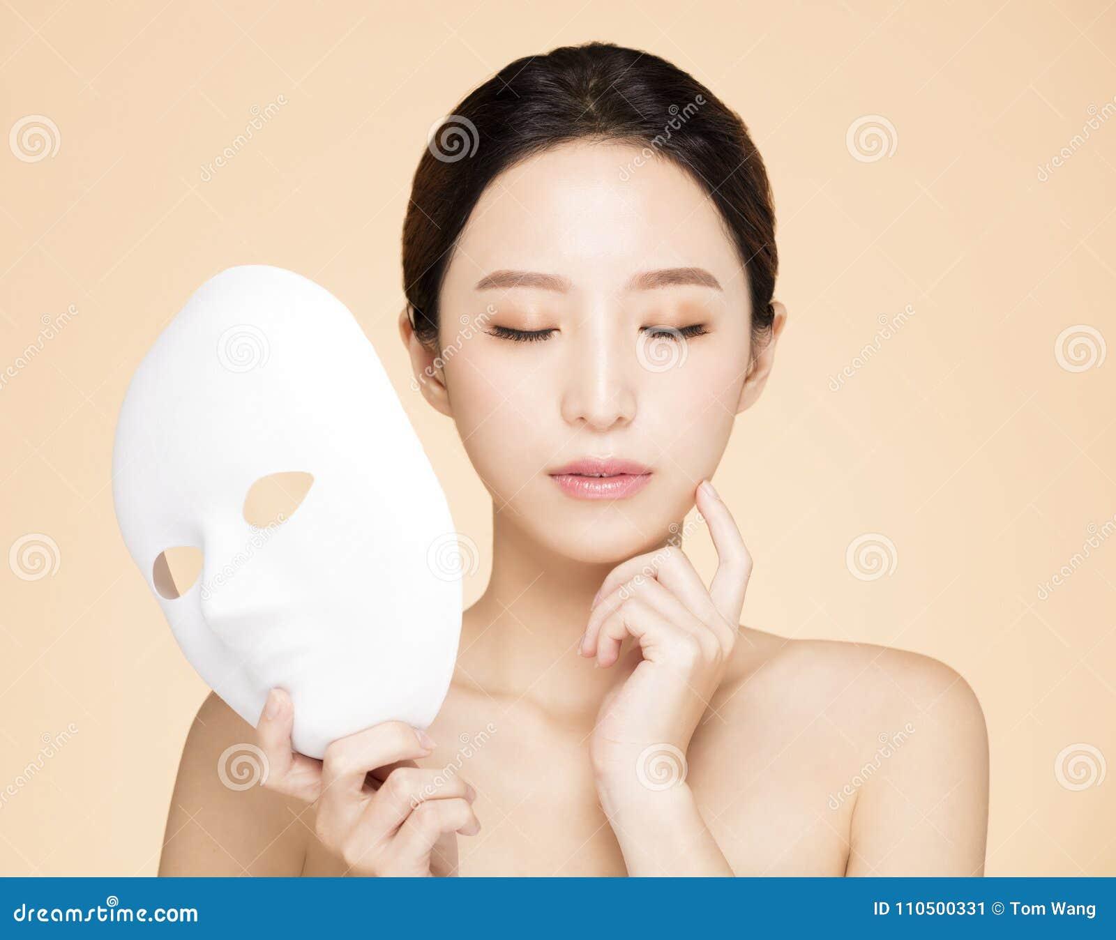 Cara da beleza com conceito facial da máscara