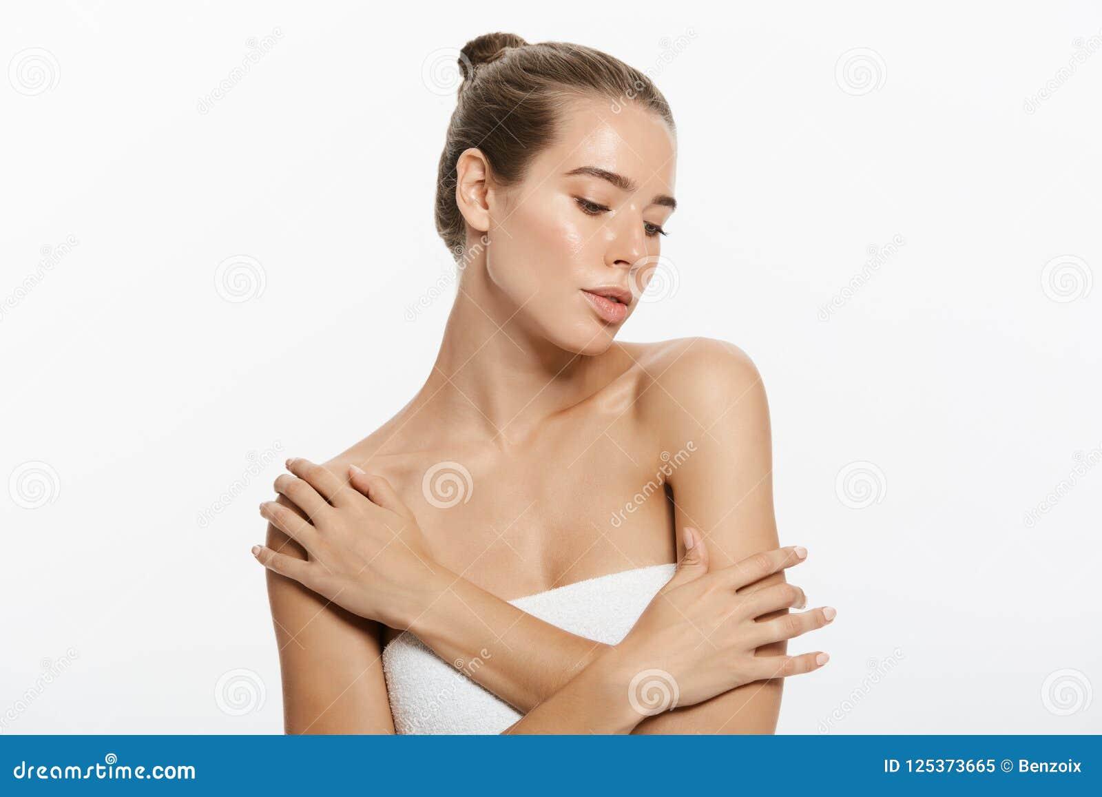 Cara da menina do modelo da beleza do close up com composição natural do nude e pele limpa Conceito facial do tratamento de Skinc